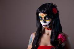 Девушка черепа сахара хеллоуина с красной розой стоковые изображения