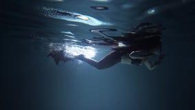 Девушка черной русалки подводная с кабелем видеоматериал