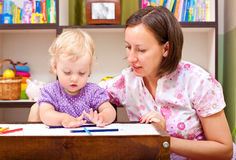девушка чертежа ее маленькая мать Стоковые Изображения RF
