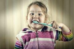 Девушка чистить щеткой зуба Стоковая Фотография RF
