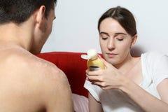 Девушка читает инструкцию для сливк заботы кожи Стоковая Фотография RF