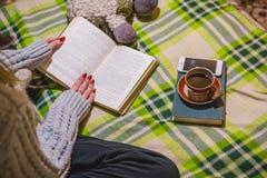 Девушка читает книгу и имеет кофе Дом остатков и чтения Стоковое Изображение RF