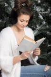 Девушка читает книгу на стенде Стоковые Фотографии RF