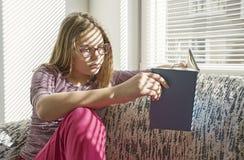 Девушка читает книгу стоковые изображения rf