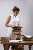 Девушка читает книгу Стоковая Фотография RF