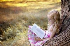 Девушка читает книгу Стоковые Изображения