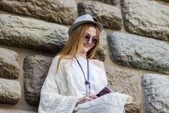 Девушка читая кассету Стоковое Фото