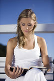Девушка читая книгу Стоковое Фото