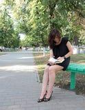 Девушка читая книгу Стоковое Изображение