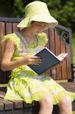 Девушка читая книгу Стоковая Фотография