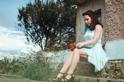 Девушка читая о здании Стоковое Изображение