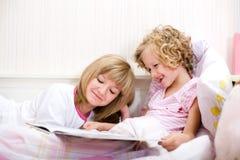 Девушка чтения Стоковое фото RF