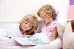 Девушка чтения Стоковая Фотография