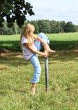 Девушка шагая на железный штендер стоковые фотографии rf