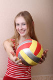 девушка шарика держит вне Стоковое Изображение