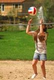 девушка шарика милая около сетчатого волейбола Стоковые Фото