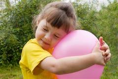 девушка шарика младенца раздувная Стоковые Изображения RF