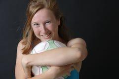 девушка шарика обнимая футбол подростковый Стоковое Изображение