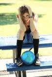 девушка шарика смотря детенышей унылого футбола предназначенных для подростков Стоковое фото RF