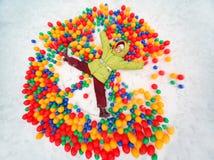 девушка шариков меньший лежа играя снежок Стоковое Изображение