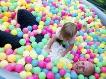 девушка шариков младенца играя бассеин Стоковые Фото