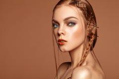 Девушка шарма портрета красоты с красными волосами и веснушками Стоковые Изображения