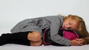 Девушка школы спит обнимающ сумку школы красивейшие детеныши женщины студии съемки танцы пар акции видеоматериалы