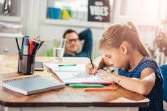 Девушка школы делая домашнюю работу Стоковая Фотография