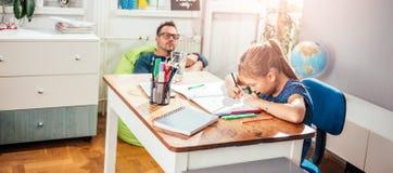 Девушка школы делая домашнюю работу Стоковые Фотографии RF