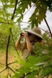 Девушка шлема пробочки в природе Стоковое Изображение RF