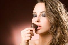 девушка шоколада брюнет чувственная стоковые изображения rf