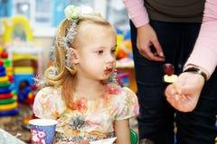 девушка шоколада удобренное немногая была стоковое изображение rf