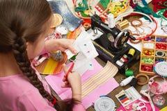 Девушка шьет одежды куклы, взгляд сверху, шить аксессуары взгляд сверху, рабочее место белошвейки, много возражает для needlework Стоковые Изображения RF