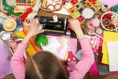Девушка шьет одежды куклы, взгляд сверху, шить аксессуары взгляд сверху, рабочее место белошвейки, много возражает для needlework Стоковое фото RF