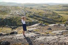 Девушка дышая свежим воздухом в северных горах Стоковые Изображения