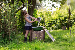 Девушка льет воду в таз от ветроуловителя Стоковая Фотография