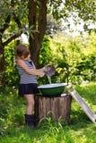 Девушка льет воду в таз от ветроуловителя Стоковые Изображения RF