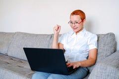 Девушка электронной почты получила хорошие одни Эмоция радостного сюрприза Стрижка женщин короткая Модный стильный профиль с крас стоковые фотографии rf