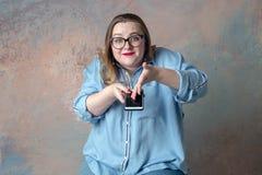 Девушка эмоционально показывает по телефону стоковые фотографии rf