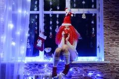 Девушка эльфа рождества на окне Стоковое фото RF