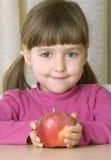 девушка яблока немногая красный показ Стоковые Изображения