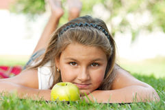 девушка яблока немногая Стоковые Изображения