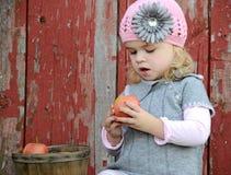 девушка яблока немногая стоковая фотография rf