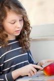 девушка яблока предназначенная для подростков Стоковая Фотография RF