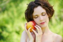 девушка яблока outdoors Стоковое Изображение RF