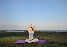 девушка 4 выполняя йогу Стоковое Фото