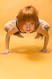 девушка asana выполняя красную йогу Стоковое фото RF