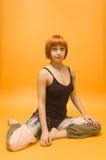 девушка asana выполняя красную йогу Стоковое Изображение RF
