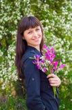 Девушка Atractive с цветками весны стоковое фото rf