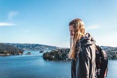 Девушка Backpacker na górze утеса карьера на северном Ванкувере, ДО РОЖДЕСТВА ХРИСТОВА, Ca Стоковые Изображения RF